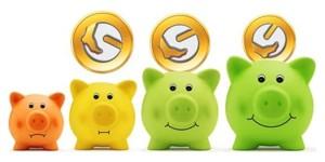 Bild einer Reihe von Sparschweinen in verschiedenen Farben mit Münzen darüber
